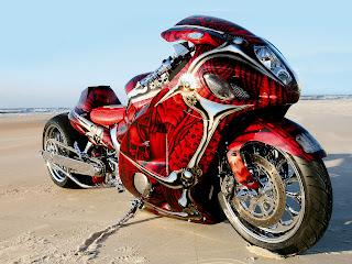 Rood zwarte custom motorfiets op het strand