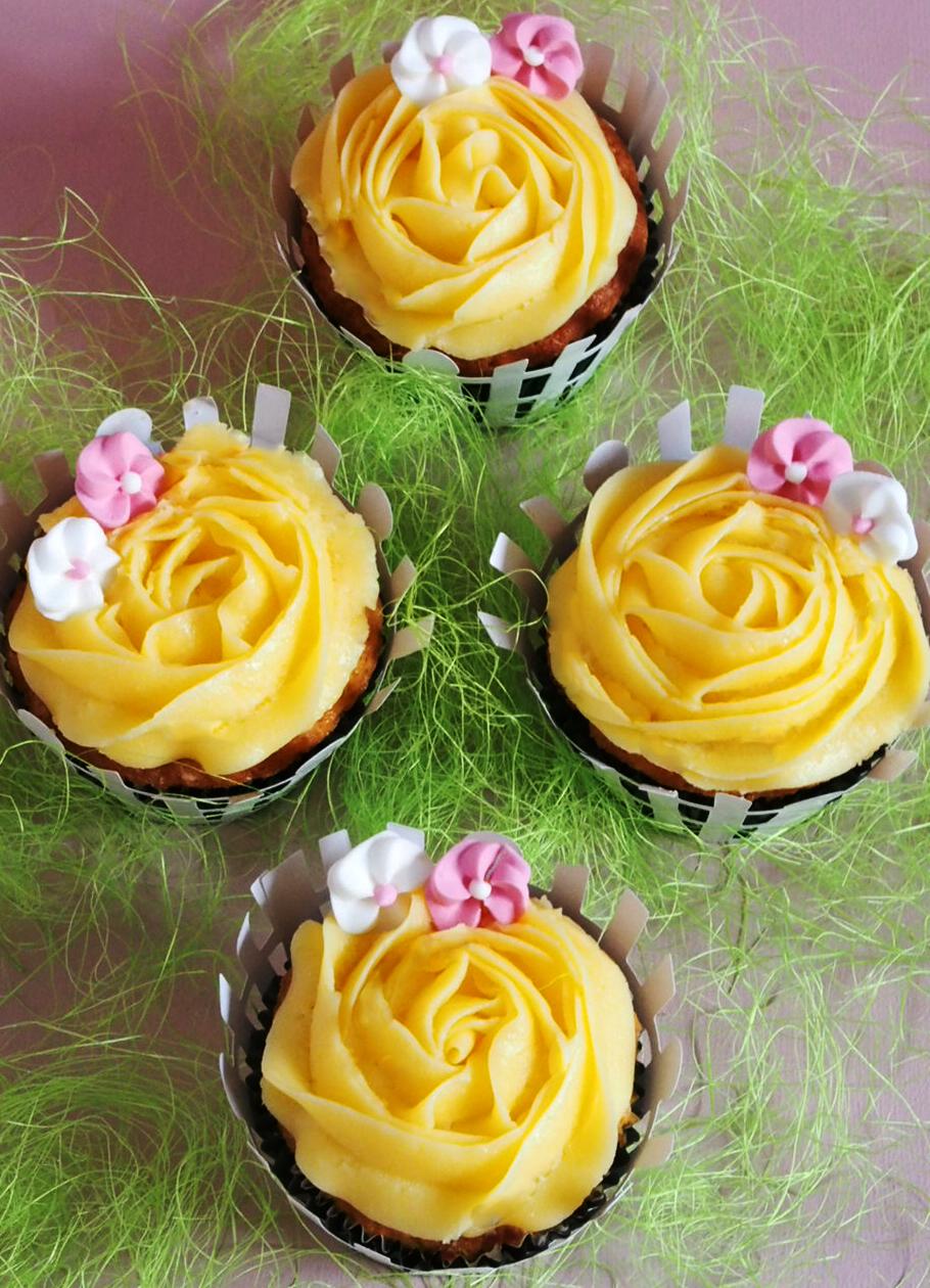 Cupcakes de vainilla, rellenos de dulce de leche con fruta de la pasión