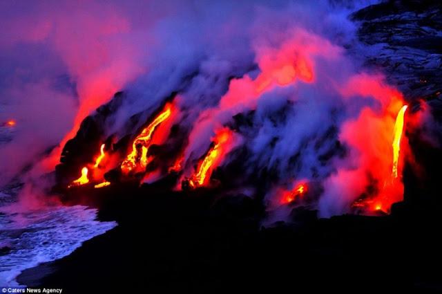 صور مدهشة لحمم بركانية  تزحف إلى مياه البحر