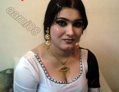 Beautiful Indian Girls Showing her Hot Cleavage4