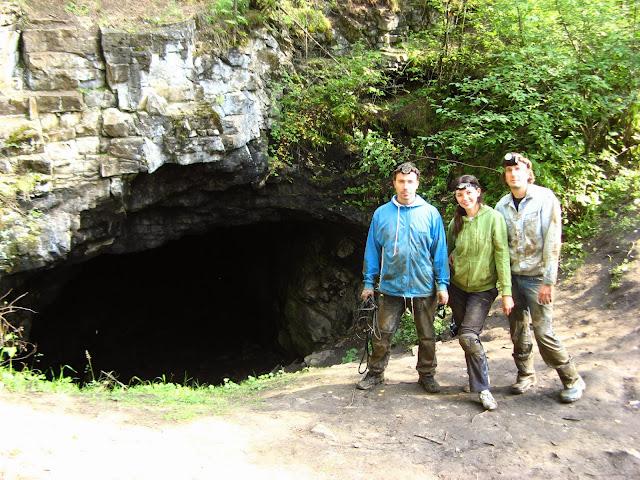 У входа в пещеру