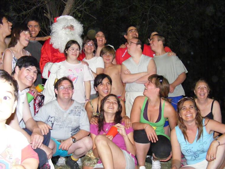 """El Papa Noel junto a los """"Especiales Amigos del Instituto María Montesori"""""""