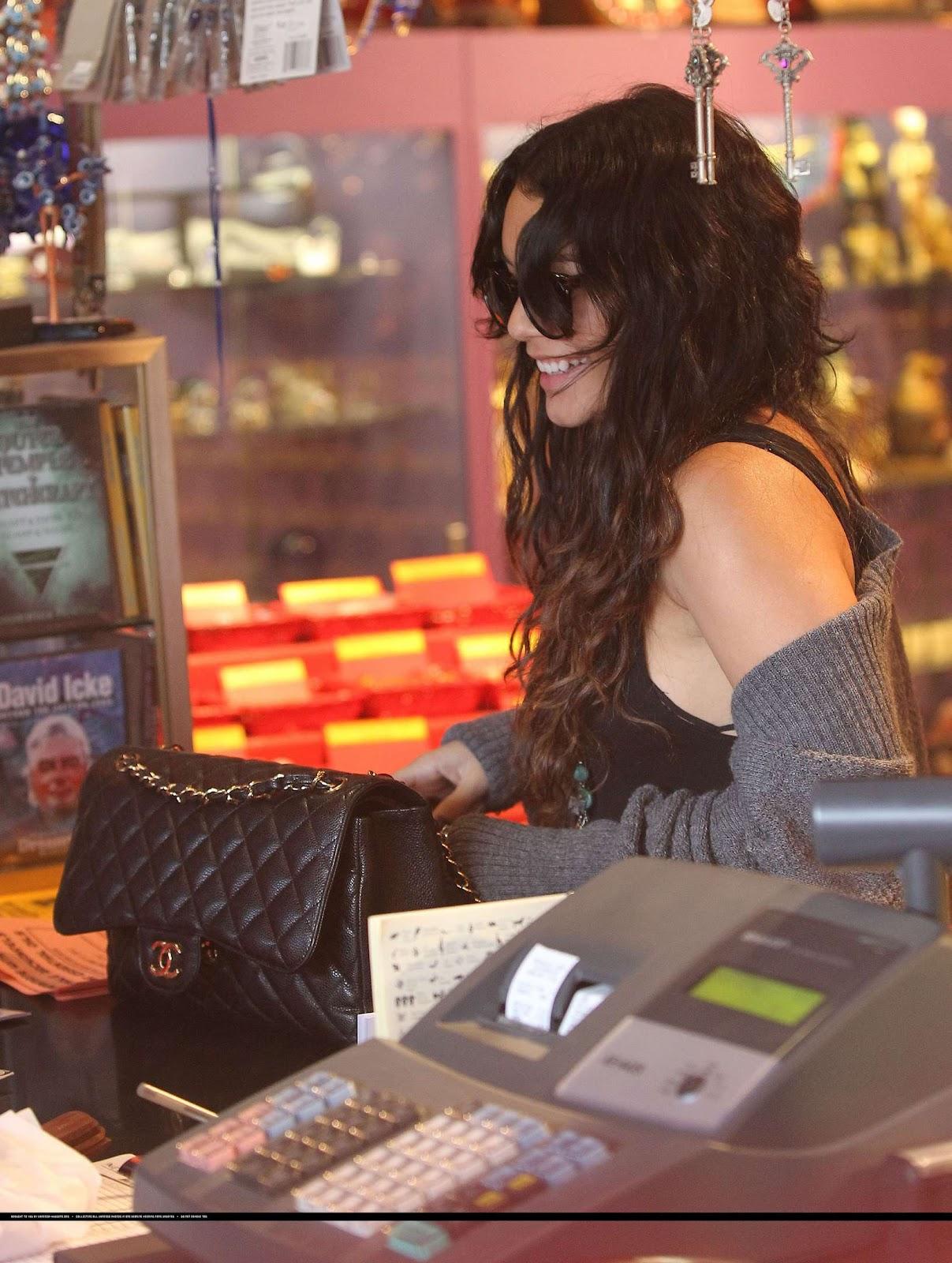 http://3.bp.blogspot.com/-3tr27J9MLGk/T6Qjl6Z3tnI/AAAAAAAAEEI/6CvbzofsV84/s1600/Vanessa_Hudgens_+shopping_in_Studio_City-10.jpg
