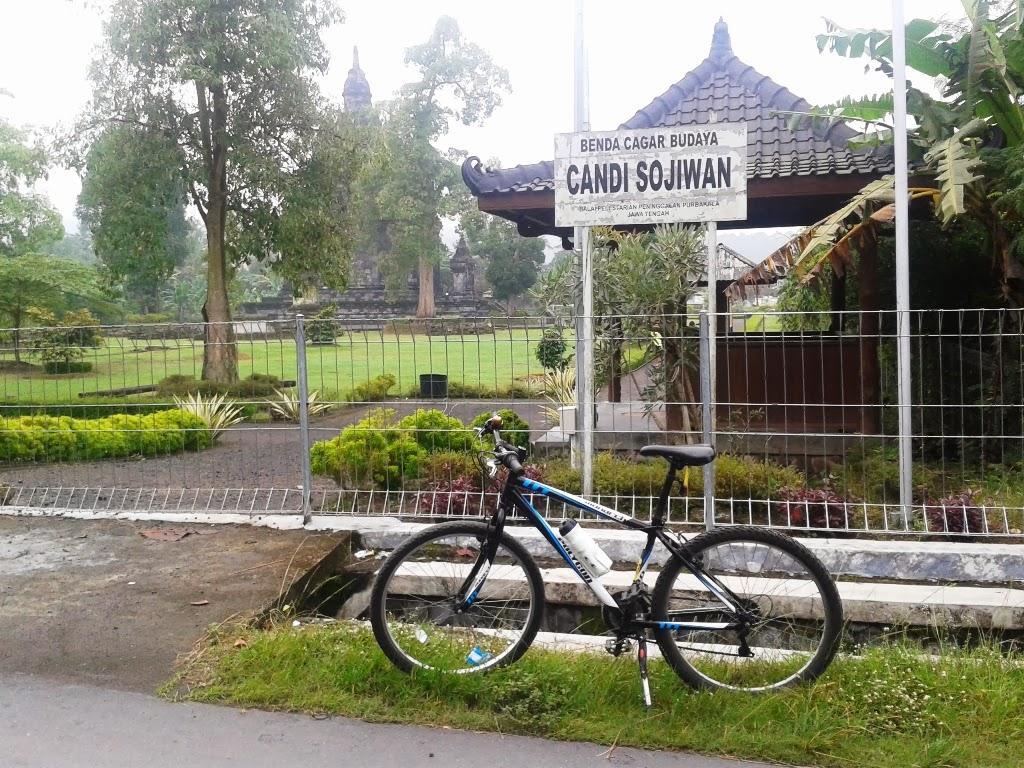 Sepeda saat didepan candi sojiwan