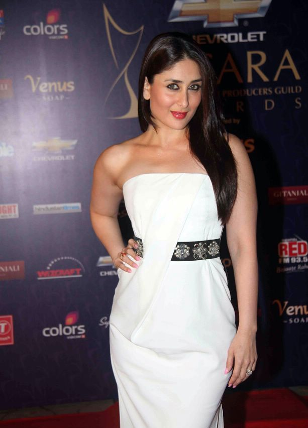 Kareena Kapoor in white gown dress1 - Hot Kareena Kapoor in white Gown Dress at Apsara Awards 2012