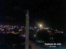 Uma noite e a lua despontando da minha antiga janela