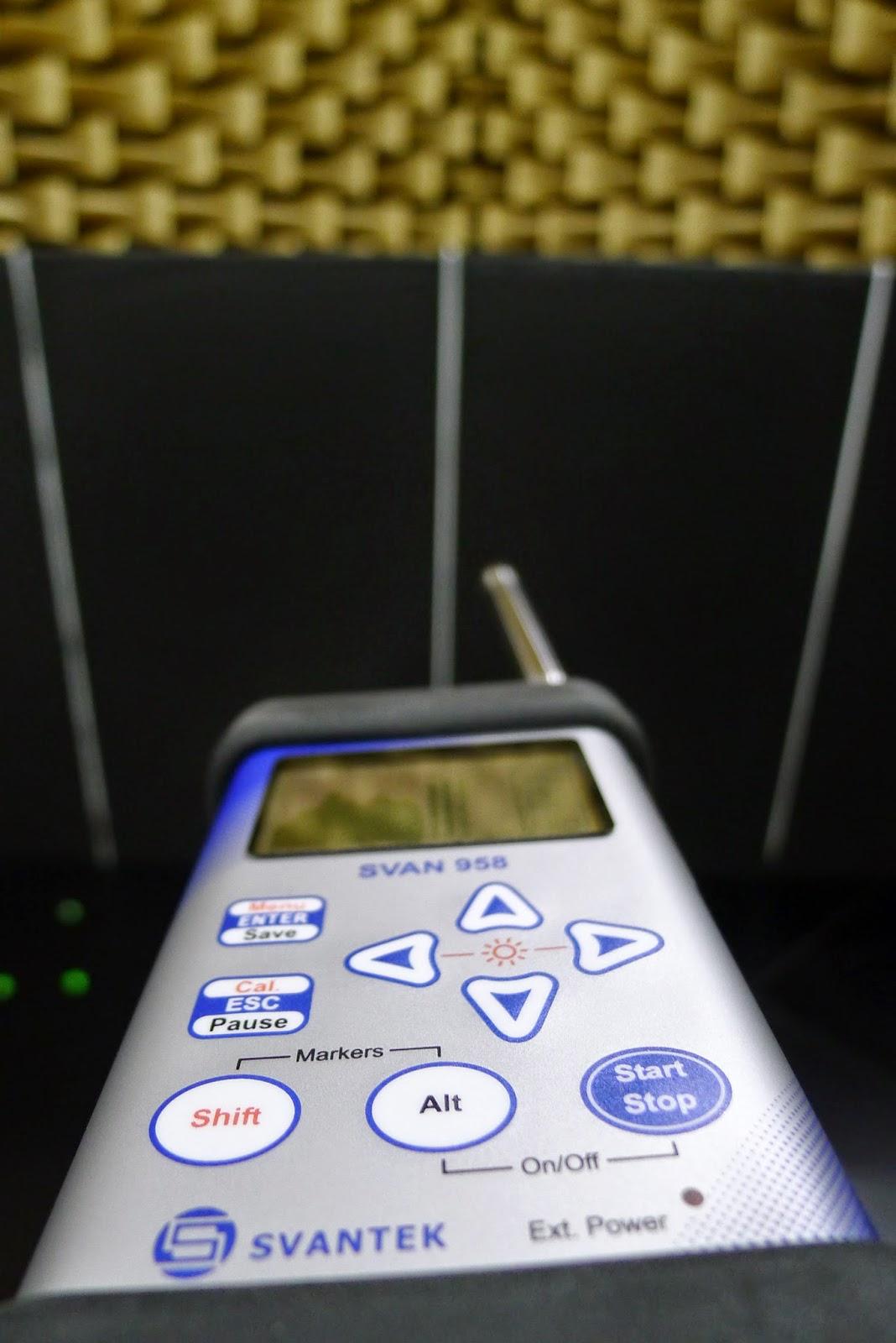 Pomiar ekranów biurowych w komorze bezechowej
