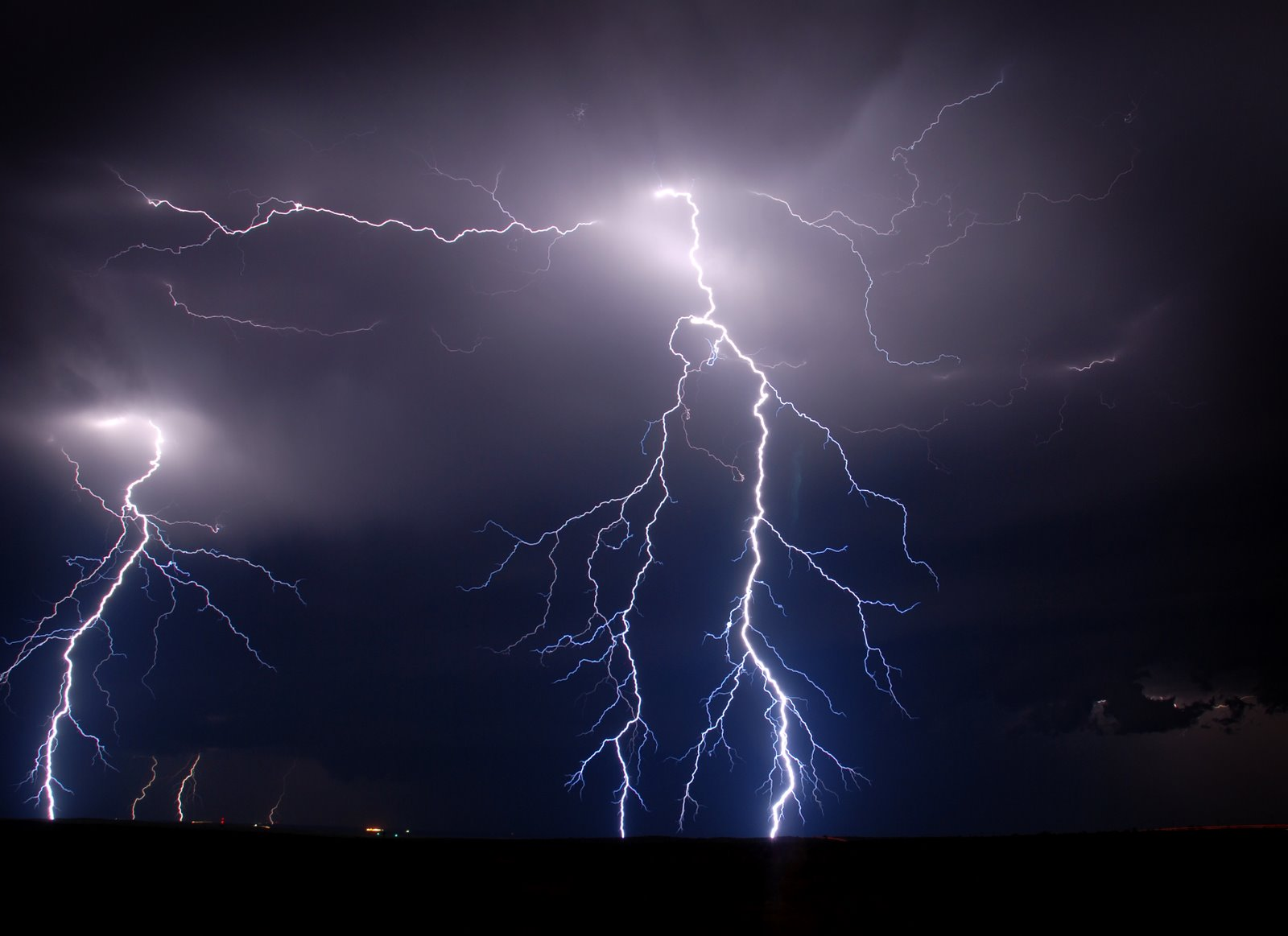 http://3.bp.blogspot.com/-3uf2m3rHsS4/UEy2bbir5pI/AAAAAAAAAVk/Q6VKdQqhcnU/s1600/The-best-top-desktop-lightning-wallpapers-lightning-wallpaper-13.jpg