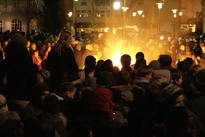 Prémio Político; Islândia; Membros do Parlamento; Fogem; Multidão Furiosa; Revolução Islandesa; Momento Épico; Islândia á noite; Iceland by night; Iceland Revolution