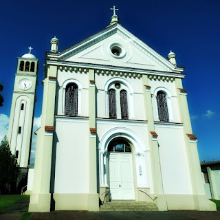 Igreja Santa Helena da Cruz, em Nova Milano. Igreja com campanário à esquerda.