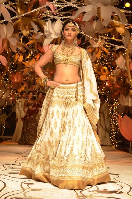Bollywood Actress Sonam Kapoor Navel show Photos