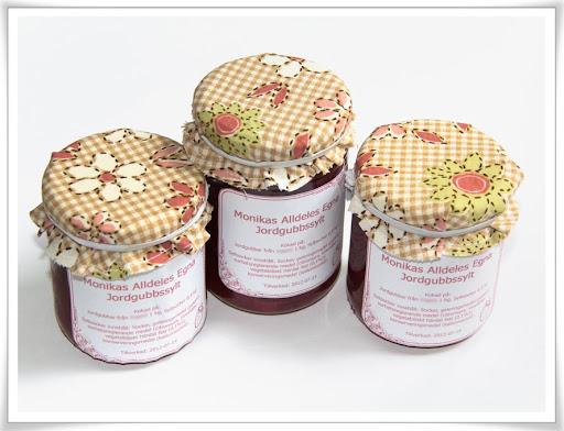 Hemkokt jordgubbssylt i burkar med tyghätta och egna etiketter