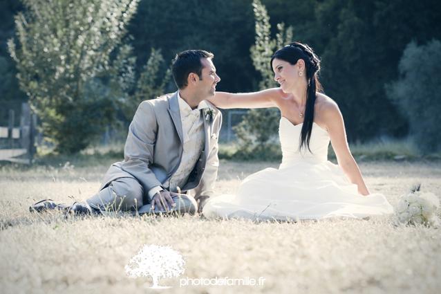 photo-de-couple-dans-un-champ