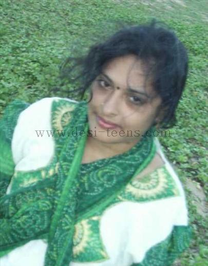 South Indian Wife Anitha Removing Her Clothes And Posing Naked Outdoor indianudesi.com