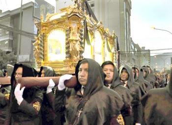 la hermosa urna con el Cristo Yacente volvió a salir la Compañía y llegó a la Catedral