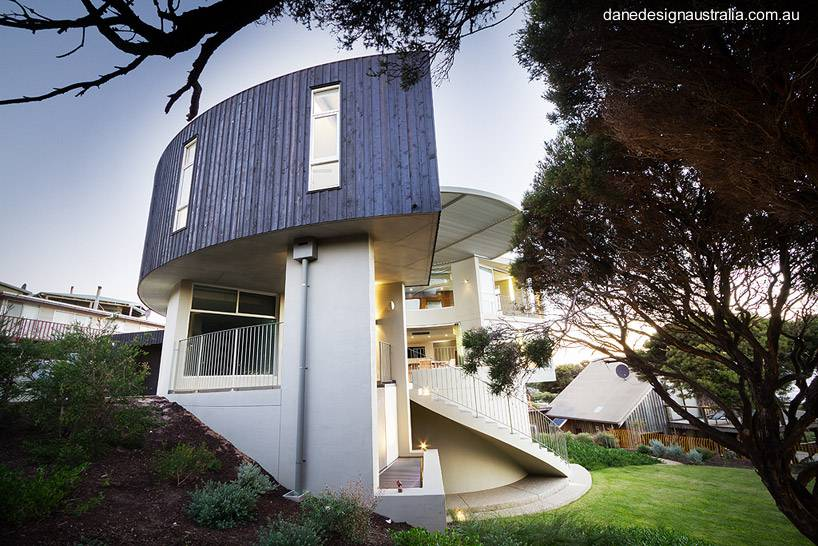 Arquitectura de casas casa volada sobre pendiente frente - Casas en pendiente ...