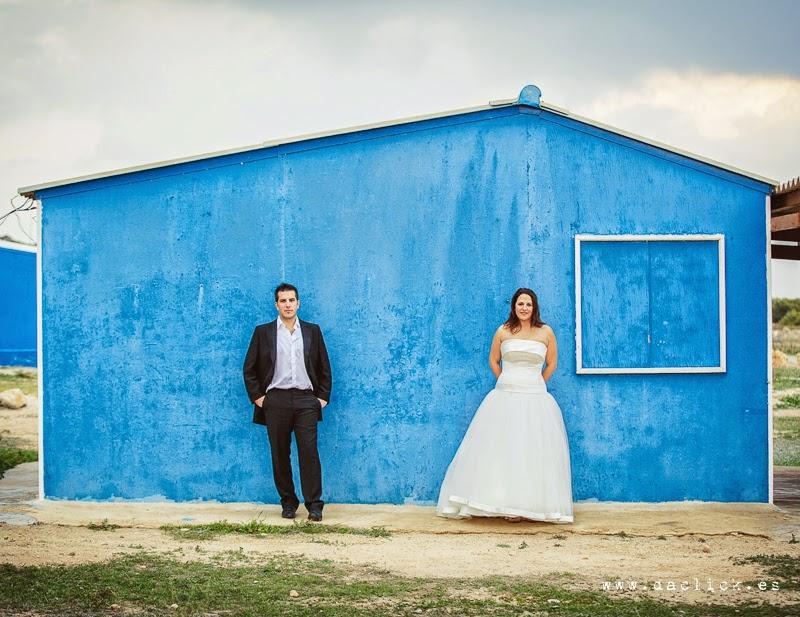 novio y novia en la postboda en la casa azul