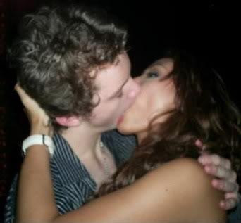 Foto Ciuman Artis Penuh Nafsu 'Asal Nyosor'