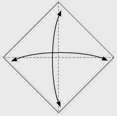 Bước 1: Gấp tờ giấy làm bốn sau đó lại mở ra để tạo các nếp gấp.