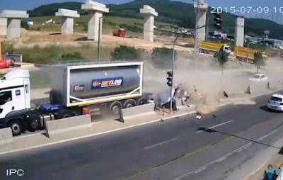 Σοκαριστικό ατύχημα: Φορτηγό κομματιάζει αυτοκίνητο με 7 επιβάτες μεταξύ των οποίων και 3 παιδιά
