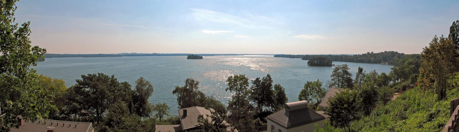 بحيرة بلون الرائعه
