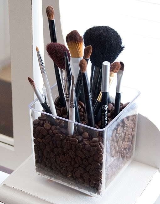 Fashion friday diy makeup organizers seriously natural if you are like me and wear makeup but does not have a huge bathroom counter for it then you will appreciate these do it yourself diy finds solutioingenieria Choice Image