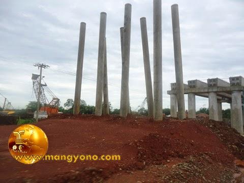 Penerangan dipasang pada tiap tiang listrik di area proyek perlintasan toll Cipali