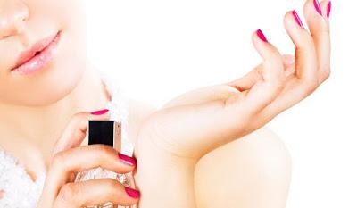 woman-spray-perfume-on-her-wrist - افضل 7 عطور وروائح تأسرين بها قلب حبيبك