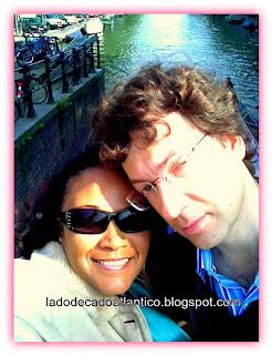 Imagem de Luciene e Rui, com um dos canais de Amsterdam ao fundo, Holanda.