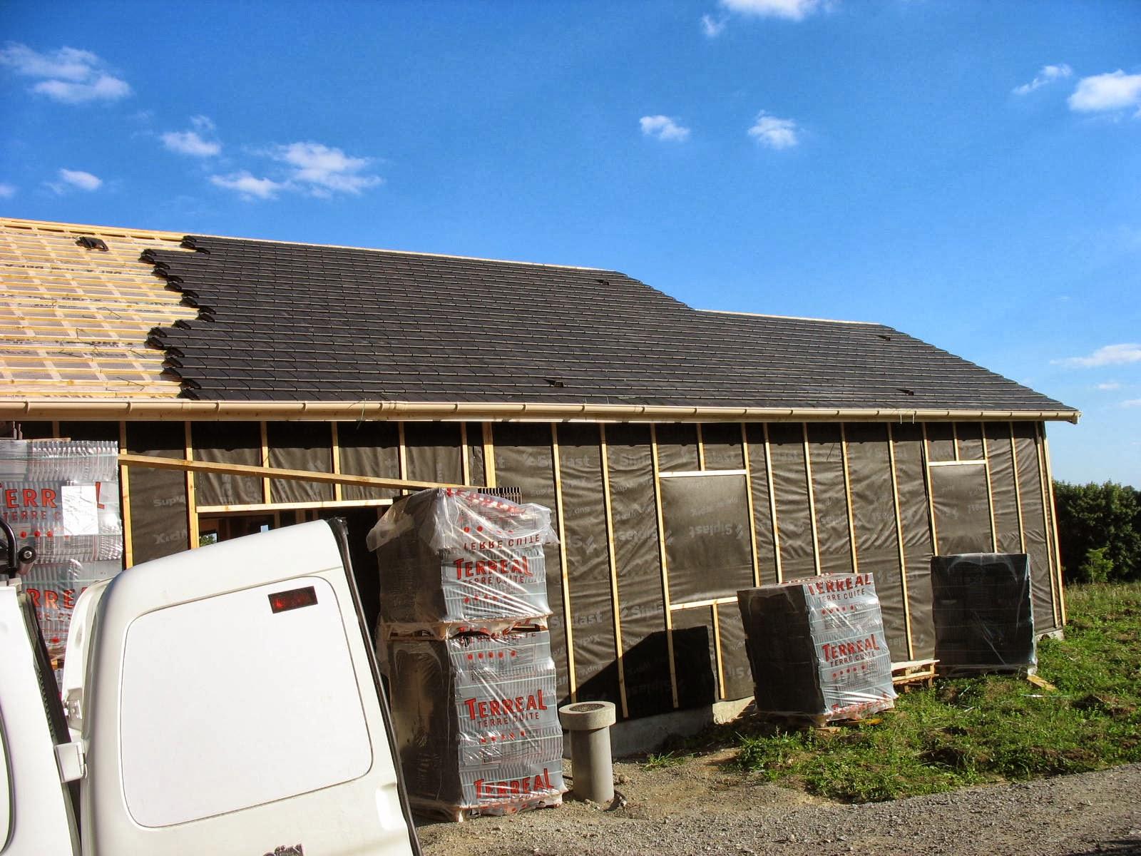 Construire sa maison en bois on pose les tuiles for Construire une maison france