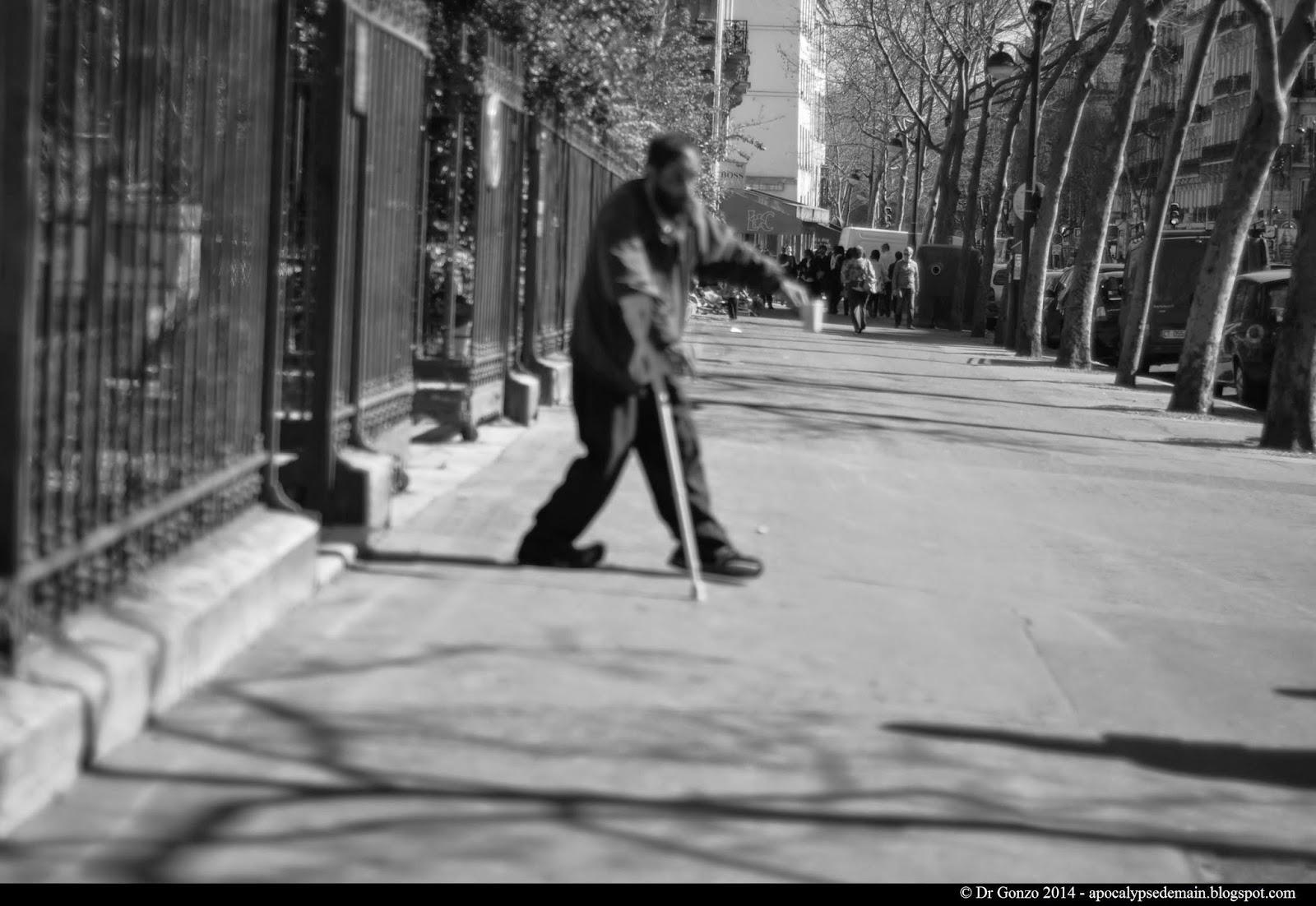 Paris-statue-mendiant-passant-flou