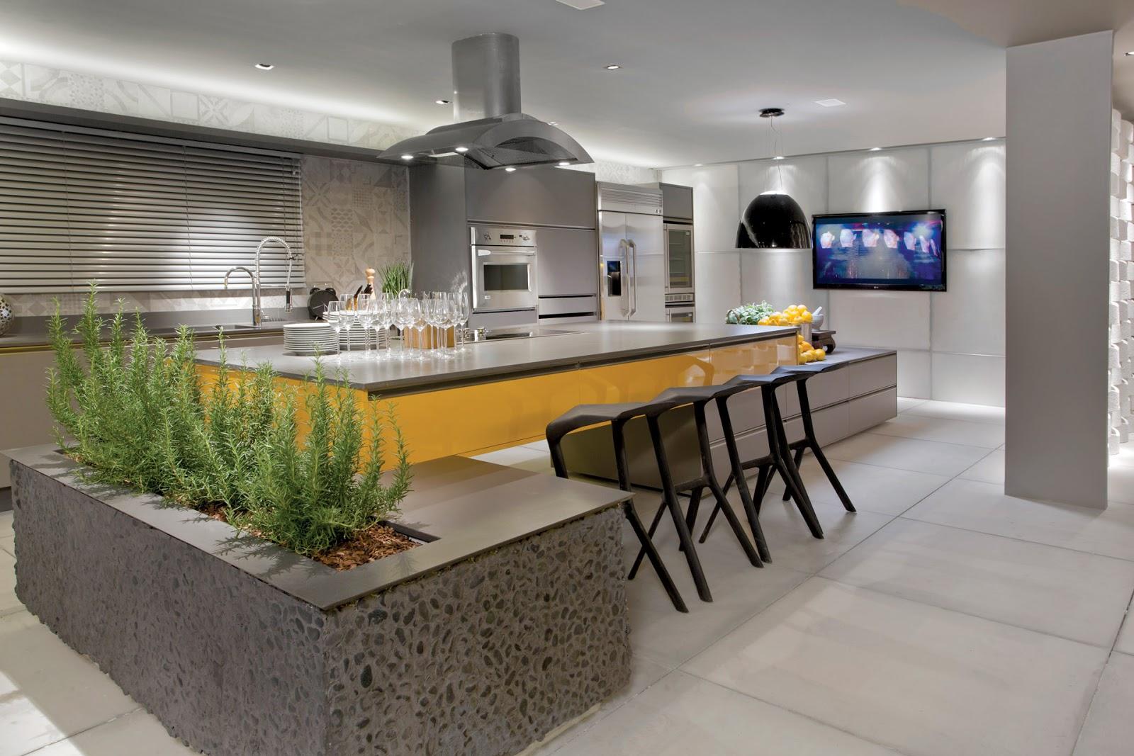 Cozinha cinza com laminado melamínico amarelo. Detalhe para horta  #A47627 1600 1067