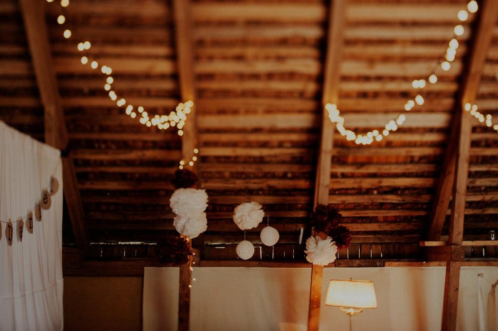 Ljusslingor och dekoration i lada