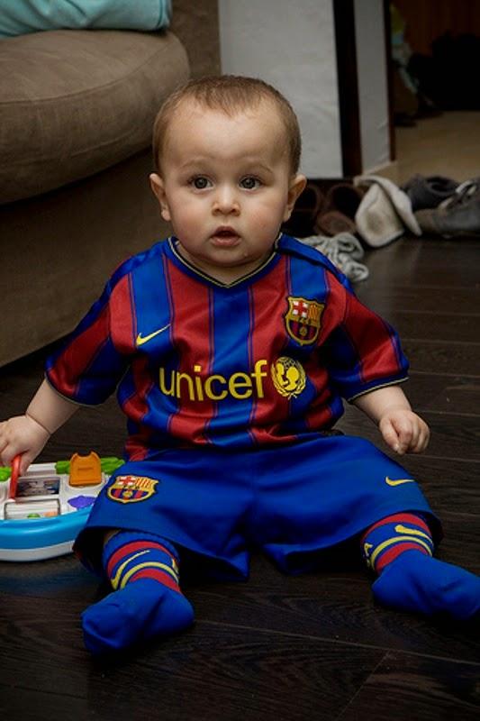Gambar bayi lucu imut pakai seragam barcelona