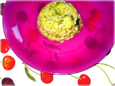 La ricetta dell'orzotto è un'alternativa gustosa al solito risotto e velocissima da preparare con zucchine e provolone.