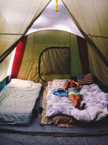 Фото девушки в палатке