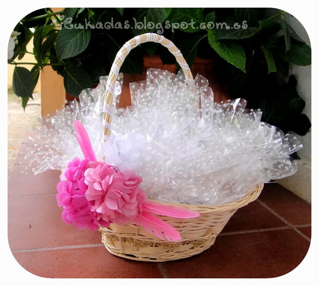 Icukadas tutorial como decorar una cesta para regalos de - Como decorar para una boda ...