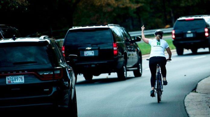 Απολύθηκε αριστερή ποδηλάτης που ύψωσε το μεσαίο της δάχτυλο στον Τραμπ με συνοπτικές διαδικασίες!ψάχνει δουλειά τώρα το αριστερό βλήμα!