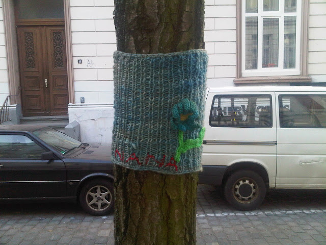 Guerilla Knitting um Baum herum