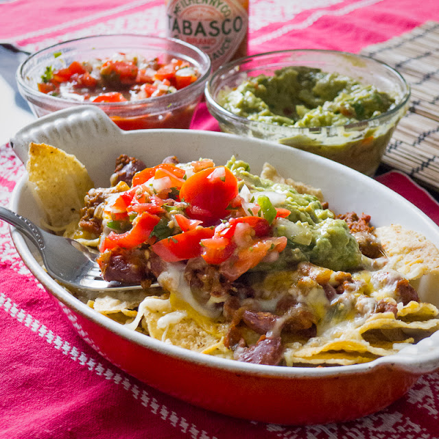 Chili con carne, guacamole, pico de gallo, salsa fresca, Corn tortilla chips, tabasco, cheesy snack, mexican appetizer Super bowl meal, cumin