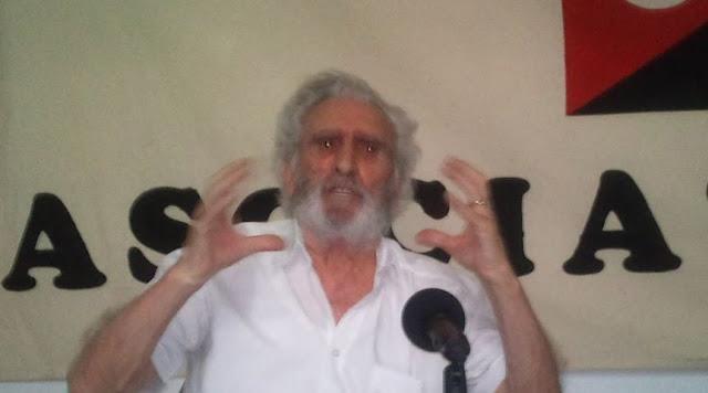 """https://www.facebook.com/pages/Anarquistas/378066755607147      CNT-AIT clausuró en Adra, las VI Jornadas Culturales Libertarias.   Con la participación de José Luis García Rúa catedrático emérito de filosofía por la Universidad de Granada concluyeron las VI jornadas culturales organizadas por la CNT-AIT en Adra.  Con la intervención de José Luis García Rúa, infatigable en su labor de intelectual comprometido y militante confederal analizó en profundidad este movimiento contestatario surgido durante la crisis. Un movimiento que tiene su expresión también fuera de nuestras fronteras. Las potencialidades libertarias de este movimiento son innegables y como militantes anarcosindicalistas debemos explorarlas. También criticó a quienes vaticinan la autodisolución del 15 M y lo califican como movimiento líquido.  Según José Luis el movimiento ha surgido necesariamente de las emociones más que de las ideas pero no por ello es menos consistente. Afirmó que """"Ninguna revolución se sostuvo exclusivamente en las ideas, más cerebrales y frías sino que es necesario la emoción que es en definitiva movimiento del cual, surge el pensamiento más reflexivo necesario para sortear los obstáculos del camino"""". Analizó el papel de la juventud como sujeto propiciador de los cambios sociales del porvenir, advirtió del papel de los movimientos más políticos que integran también el 15 M. La propuesta ciudadanista busca más libertades políticas soslayando la confrontación directa con el sistema económico actual que es el que está generando más y más desigualdades. Apuntó a la imposibilidad de refundar el capitalismo y abogó por la denuncia constante de las contradicciones que se dan en él para la superación del mismo. """"Lo que hagamos en el presente será lo que seremos en el futuro"""" sentenció en alusión a la pasividad o a la transigencia con las agresiones que está padeciendo la clase trabajadora hoy en día.  El resto del programa de las jornadas ha estado constituido por un ciclo de conferencia"""