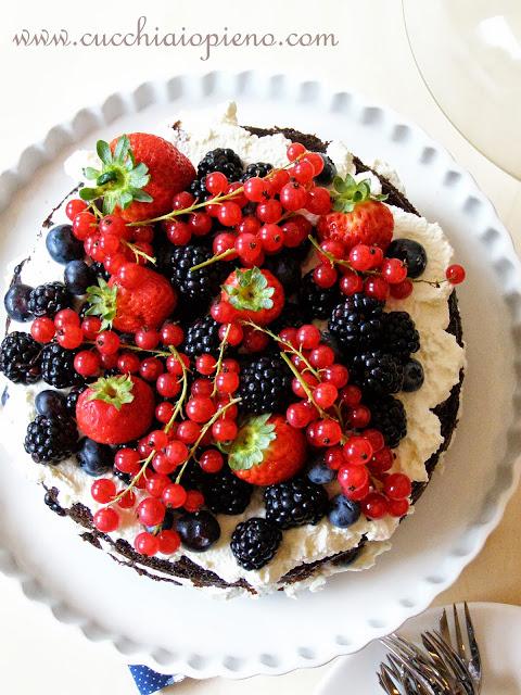 bolo de chocolate e frutas vermelhas