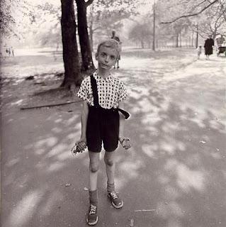 Un enfant avec une grenade jouet à la main dans Central Park, New-York, 1962