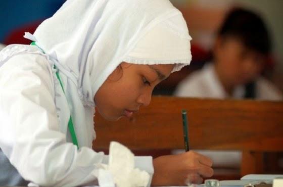 Siswi SD berjilbab (ilustrasi Tempo)