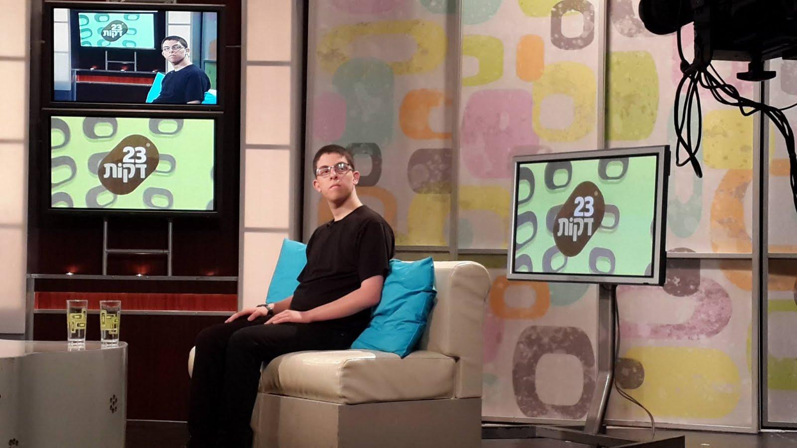 """בן קיזל בצילומים לתוכנית """"23 דקות"""" של הטלוויזיה החינוכית, יוני 2015"""