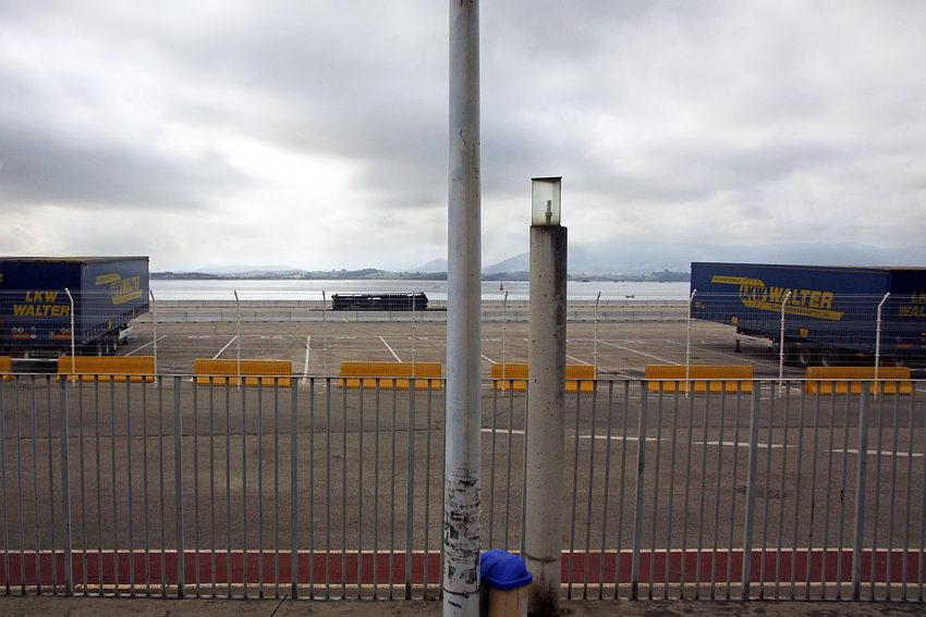 zona portuária. Imagem com um poste e um candeeiro de iluminação pública em primeiro plano