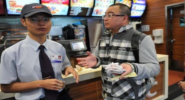 ITULAH PADAHNYA! Akibat Tidak Puas Hati Dengan Layanan Yang Di Berikan...Lihat Apa Yang Di Lakukan Oleh Lelaki Cina Ini Di Atas Kaunter KFC