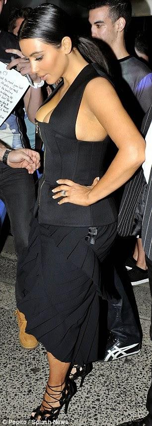 كيم كارداشيان مغرية مجدداً ! في فستان يبرز صدرها وهي تتجه لتناول العشاء في سيدني