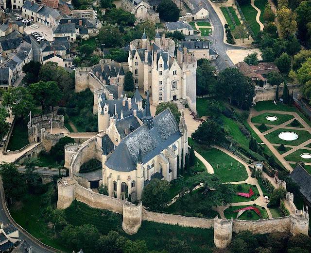 Um dos raros castelos medievais que conservaram todas suas torres