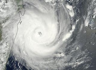 Zyklon GIOVANNA vor Madagaskar: aktuelles HQ Satellitenfoto als Hurrikan Kategorie 4, NASA, Satellitenbild Satellitenbilder, Hurrikanfotos, aktuell, Giovanna, Februar, 2012, Indischer Ozean Indik, Zyklonsaison Südwest-Indik, major hurricane, Madagaskar, Mauritius,